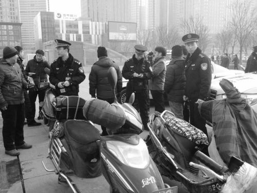 4名骑电动车从事非法营运的男子被查获。