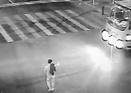 男子光着身子站在路口拦车