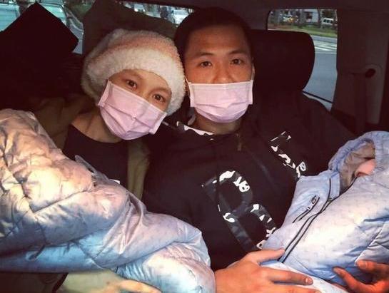 范范抱双胞胎儿子出院