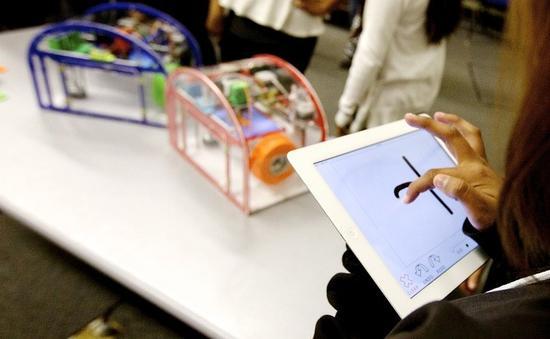 他们制造出的3d打印机printeer,只要你的小孩会画画,有一台ipad,就能