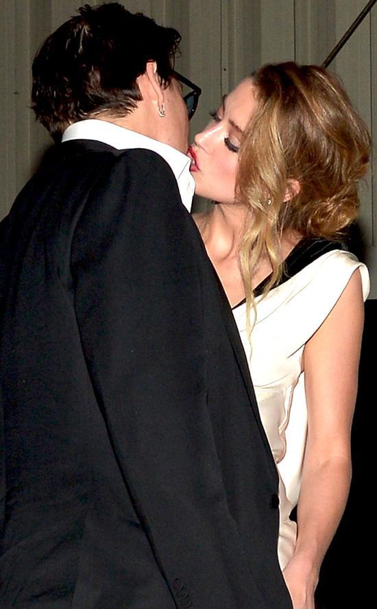 德普与28岁的女友亲吻