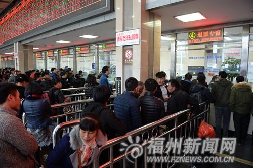 昨日,火车站售票大厅5个退改签窗口皆排长龙,比售票窗口队还多。