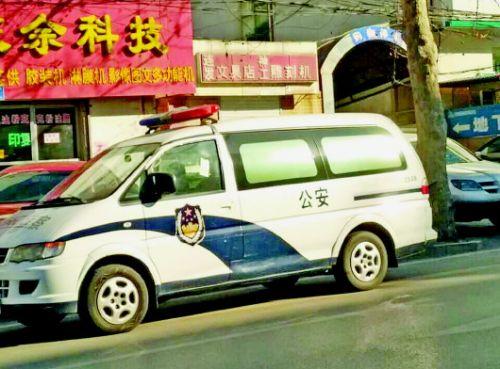 5日下午,一辆停在路东侧车道的警车被贴罚单。王皇 卢燕摄