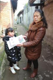 舅婆胡淑华展示曾玉珊小时候的照片
