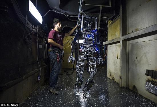 这种机器人设计的长远目标是使其能够提供帮助,让海上的船员们远离火灾的危险。
