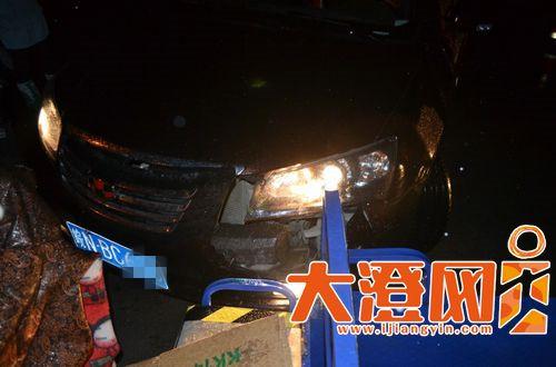 男子驾车发生事故,现场一片狼藉