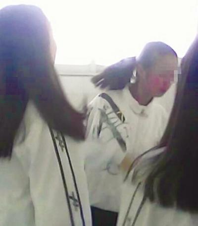 两名学生厕所内掌掴女学生