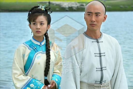 2010年高梓淇和赵丽颖一起拍摄新版《还珠格格》。