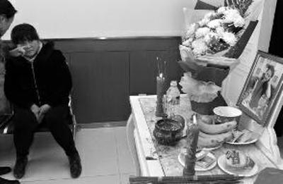 悲痛的亲属坐在李娜的灵堂前 华商报记者 闫文青 摄