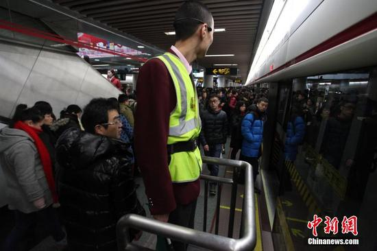 """上海地铁试设早晚高峰""""瞭望台"""""""