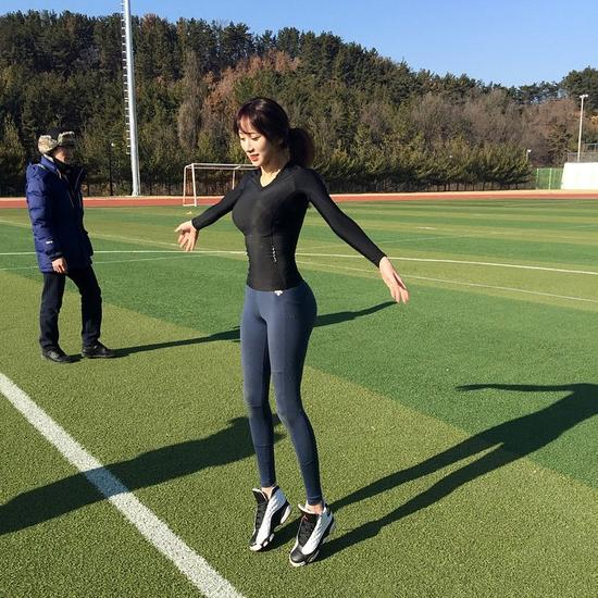 韩最美体育老师入选美式足球队教练 模特出身