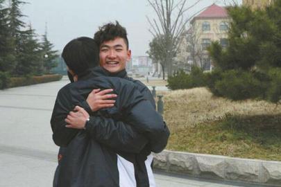 与足校同学相拥告别,刘超阳奔赴巴西受训。图据刘超阳朋友圈