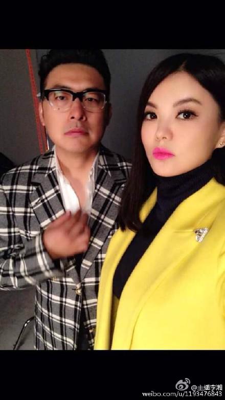 李湘王岳伦装酷合影