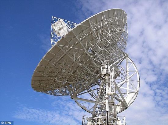 美国科学家准备启动一个推动人类太空探索进程的重要计划,打算通过一部射电望远镜向宇宙发射信息。照片展示了塔斯马尼亚岛的欢喜山射电望远镜天文台。