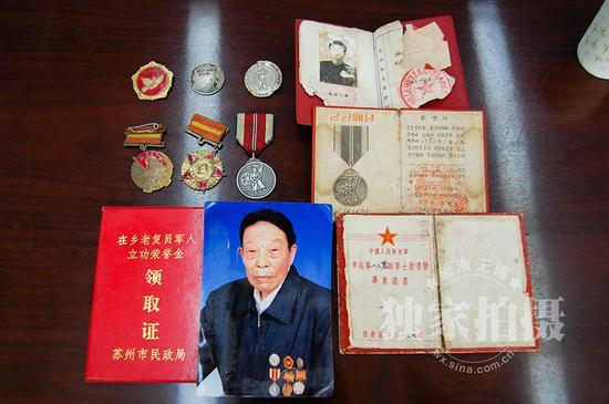 八旬抗美援朝老兵杜安仁获得的军功章和证件。
