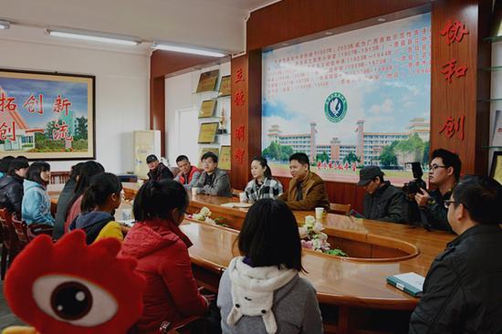 广西福彩、新浪广西及爱心人士代表在贵港高中与受助学子见面。