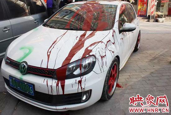 这辆汽车的前挡风玻璃,引擎盖的左右侧和左侧车身有大量暗红色油漆,右