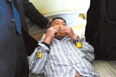 陈某用铁链将双腕锁在病床上。