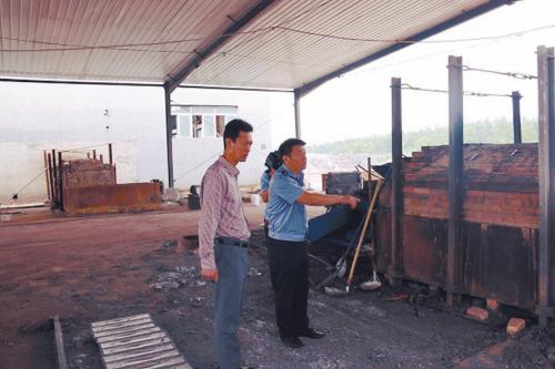 冒铅粉烟、流硫酸残液,非法炼铅黑工厂,污染环境被端掉