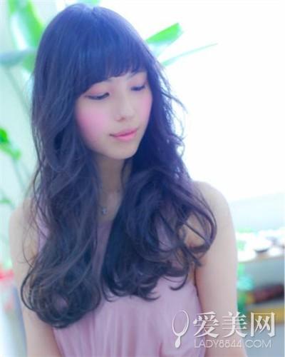 自然蓬蓬卷发   这款女生中长发,自然蓬蓬卷发显得甜美又可爱