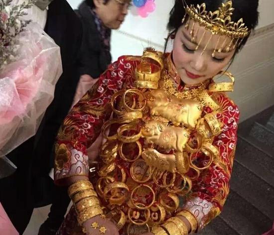 网曝石狮现土豪婚礼 玛莎拉蒂和888万现金陪嫁