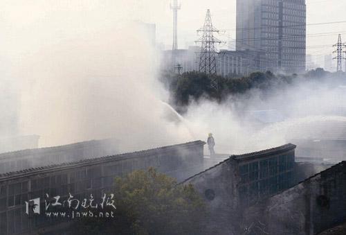 消防员在房顶喷水