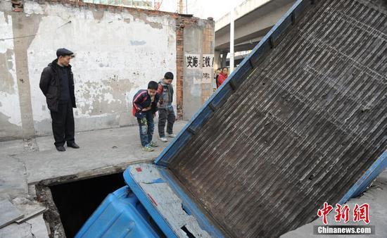 合肥一货车压断水泥板掉入暗河