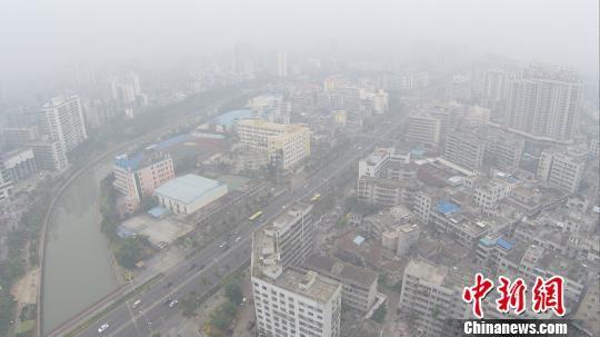 2月12日,海口市出现5个小时重度污染,整个城市被雾霾笼罩白茫茫一片。 骆云飞 摄