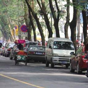 解放西路的咪表停车位内满是车辆