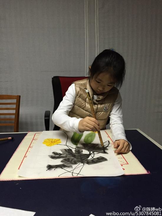 张艺谋女儿画画