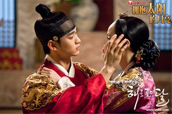 新浪娱乐讯金秀贤、韩佳人主演的《拥抱太阳的月亮》正在