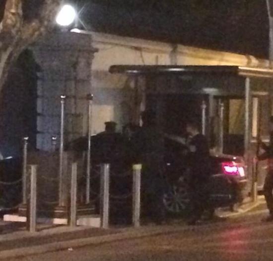 黑色轿车冲撞美驻上海领事馆