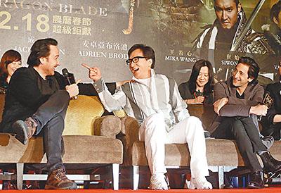 成龙(中)在台湾宣传时,心情大好。中央社