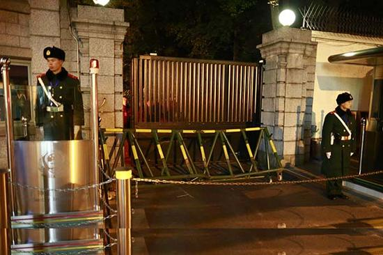 美国驻上海总领事馆前被撞坏的护栏