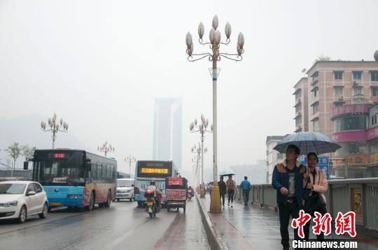 2月14日,广西柳州处于雾雨笼罩之中。 黄威铭 摄