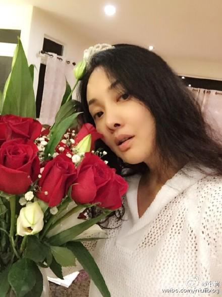 牛莉素颜收玫瑰花