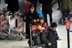 马伊琍携女儿返沪 爱马抱着娃娃乖巧可爱