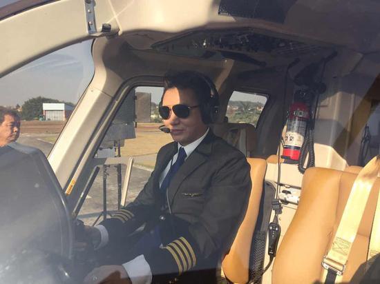 章小军驾驶飞机专业十足