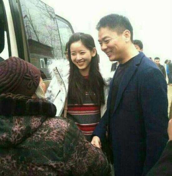 刘强东为老乡发红包 介绍奶茶妹:我媳妇