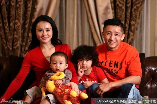 拳王邹市明携娇妻和两儿子拜年