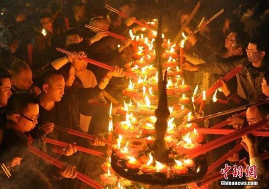 峨眉山景区报国寺迎来上万民众撞钟、烧香祈福,因烧香祈福人多,香炉温度太高,消防官兵紧急冷却。