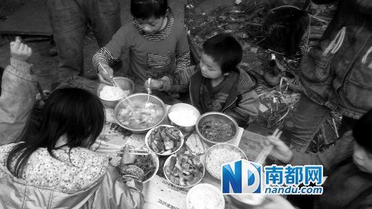 年夜饭,孩子们说,长这么大,第一次过年吃这么好的菜。