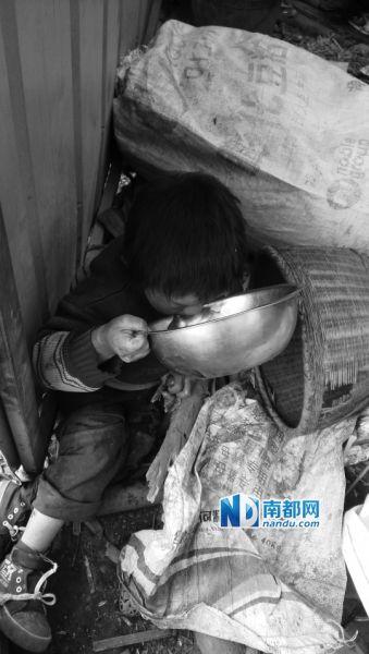 九娃在喝水,家里喝的井水都是二哥挑来的。