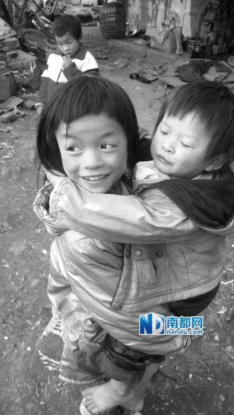 夫妇俩的计策是,让大的带小的,娃娃们自力更生,他们才能出门打工。