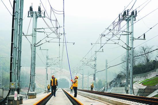 2月23日,施工人员在合福高铁铜陵、宣城段接触网送电后进行验电检测。过仕宁摄