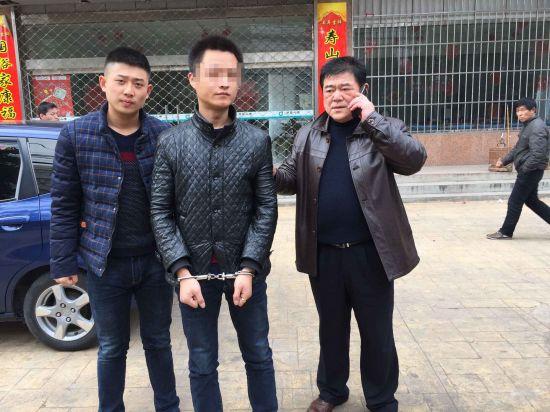 图为徐洋(左)帮助警察父亲徐刚抓获班某。