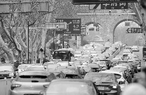 昨天下午,南京中山门进城车辆排起长龙 现代快报记者 马晶晶 摄