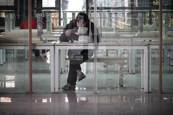 2011年11月29日,北京市,中关村e世界的工作人员在夹层平台上吃午饭。CFP供图