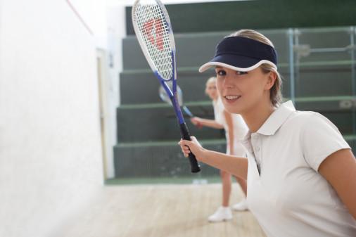 春季减肥的最快方法就是打壁球了。打壁球消耗的热量很大,可以在短时间迅速瘦下来,还能排出体内的脂肪和毒素。每天打壁球30分钟可以消耗450卡以上的热量。但是打壁球需要场地和很高的反应速度,对于MM来说,锻炼起来有点难度。   打排球消耗320卡