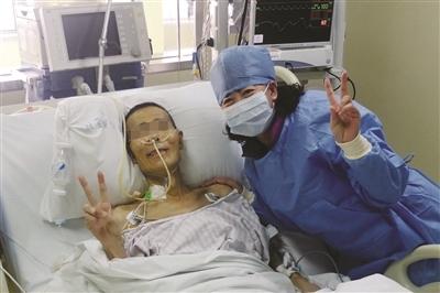 手术后两天,已脱离呼吸机能自主呼吸的老王和女儿迎接新生。卢易 摄